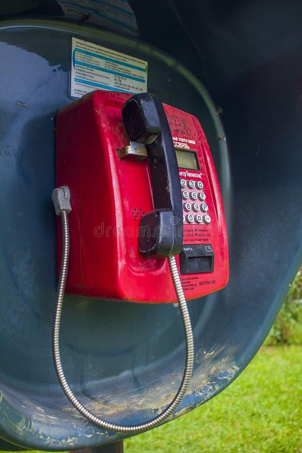 Straßenkasten mit einem roten Telefon und einem schwarzen Telefon lizenzfreies stockbild