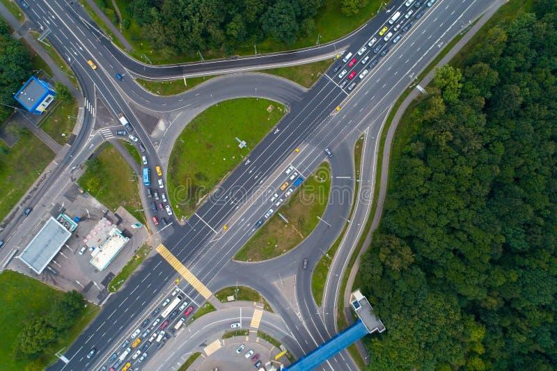 Straßenkreuzungs-Landstraße von Enthusiasten und großes Kupavensky reisen i stockfoto