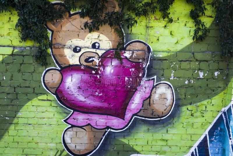 Straßenkunstbär mit Herzen stockfotos