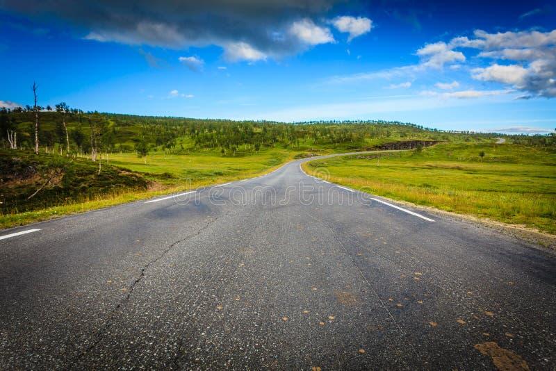 Straßenlandschaft in den norwegischen Hügelbergen lizenzfreies stockfoto