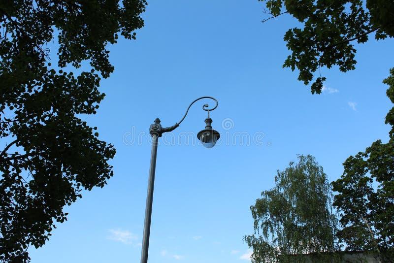 Straßenlaterne auf blauem Himmel des Hintergrundes stockfoto