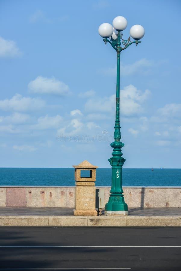 Straßenlaterne durch das Meer stockbilder