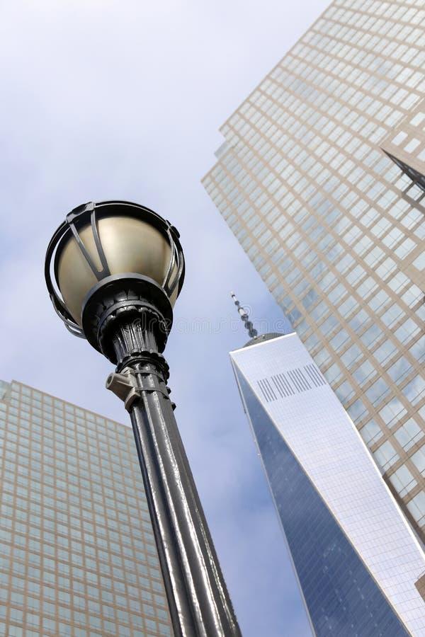Straßenlaterne im New York City Manhattan mit One World Trad stockfoto