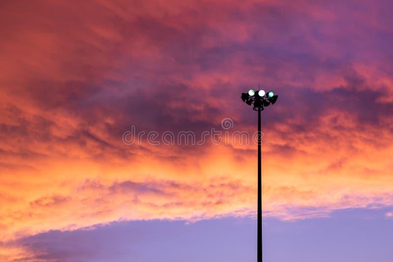 Straßenlaterne lokalisiert mit erstaunlichem Himmelhintergrund stockbilder