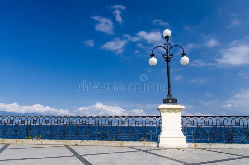Straßenlaterne mit runden Samenkapseln auf Promenade, Reggio di Calabria, Italien lizenzfreie stockfotos
