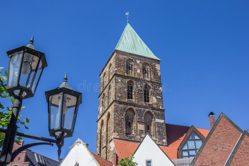Straßenlaterne und Kirchturm in Rheine lizenzfreie stockbilder