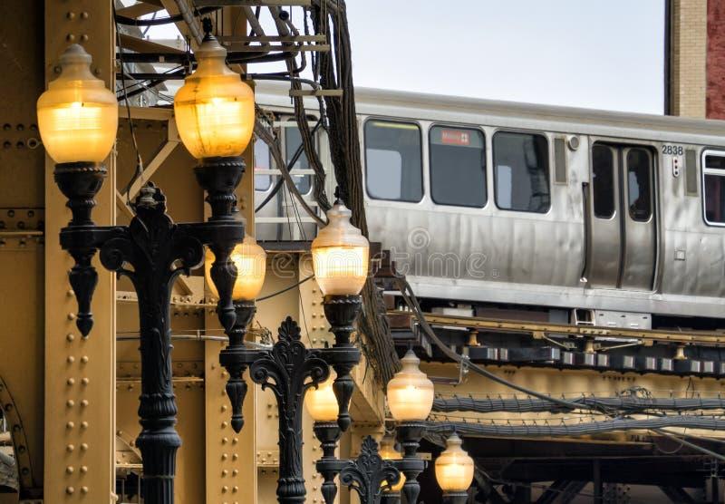 Straßenlaterne-und Zug auf erhöhten Bahnen innerhalb der Gebäude an der Schleife, Chicago-Stadt lizenzfreie stockfotos