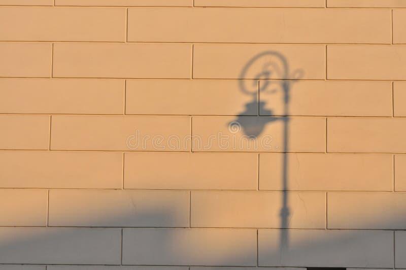 Straßenlaternen-Schatten an der Wand lizenzfreie stockfotografie