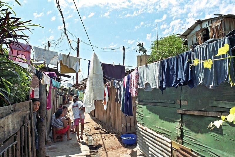Straßenleben im Elendsviertel Chacarita in der Hauptstadt Asuncion lizenzfreie stockfotos