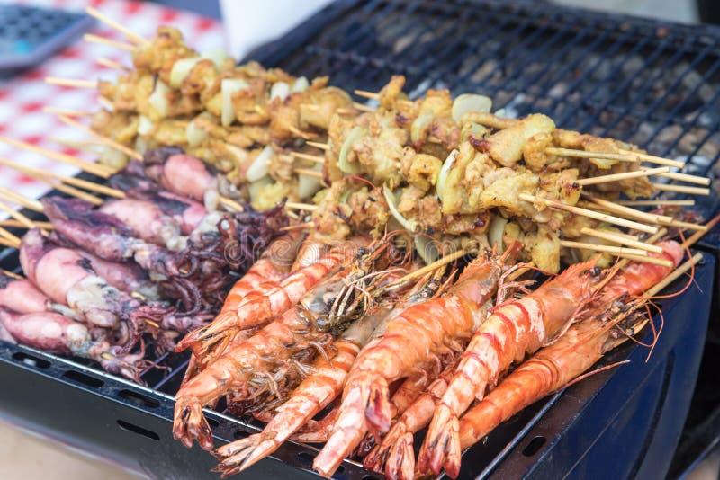 Straßenlebensmittel - Seitenansicht von gegrillten Meeresfrüchten lizenzfreie stockbilder