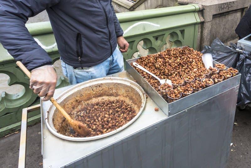 Straßenlebensmittelbratenerdnuß und -mandel auf Westminister überbrücken London England stockfotografie