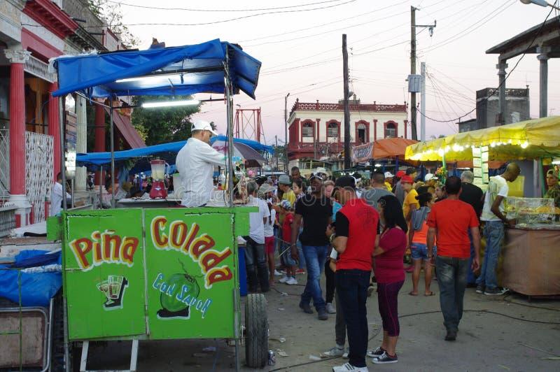 Straßenlebensmittelverkäufer in der lateinamerikanischen Stadt lizenzfreies stockfoto