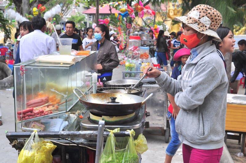 Straßenlebensmittelverkäufer dienen Leute im neuen Mondjahr in Vietnam lizenzfreies stockfoto