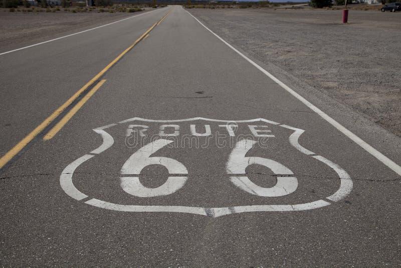 Straßenmarkierung des Weges 66 lizenzfreie stockfotografie