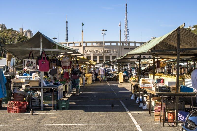 Straßenmarkt auf Charles Miller Square vor dem Pacaembu-Municipal-Stadion lizenzfreie stockfotografie