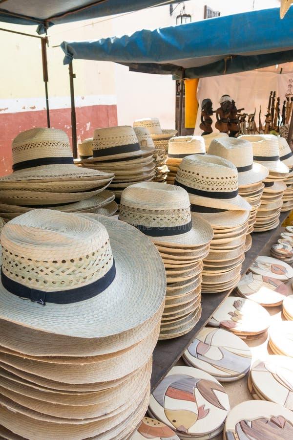 Straßenmarkt, das Hüte und Andenken in der touristischen Stadt O verkauft stockfotos