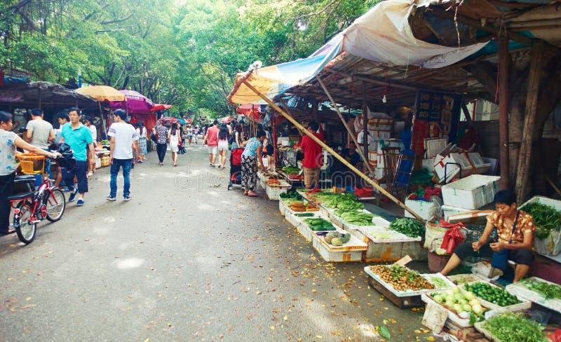 Straßenmarkt mit Gemüsestall, Straßenansicht in China stockfotografie