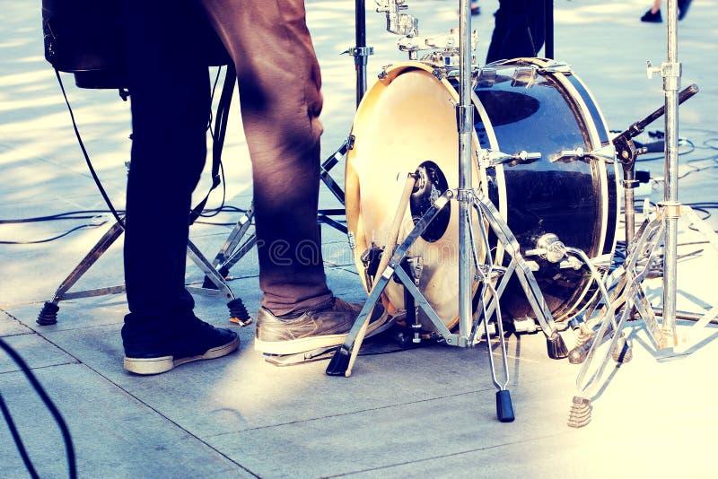Straßenmusiker, Basstrommel und Schlagzeugerbeine in der Aktion stockfoto
