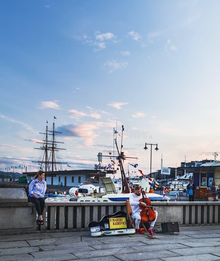 Straßenmusiker, der das Cello in Oslo, Norwegen spielt lizenzfreie stockfotos