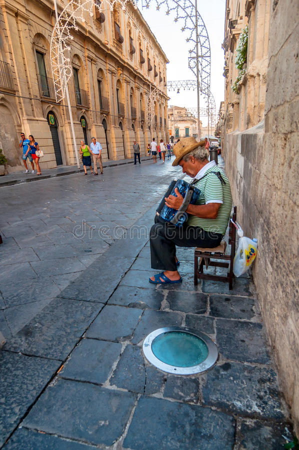 Straßenmusiker, der in Noto, Italien durchführt lizenzfreie stockfotos