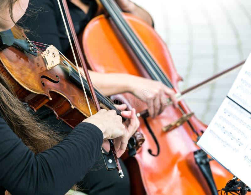 Straßenmusiker, die auf Violine und Cello spielen lizenzfreies stockfoto