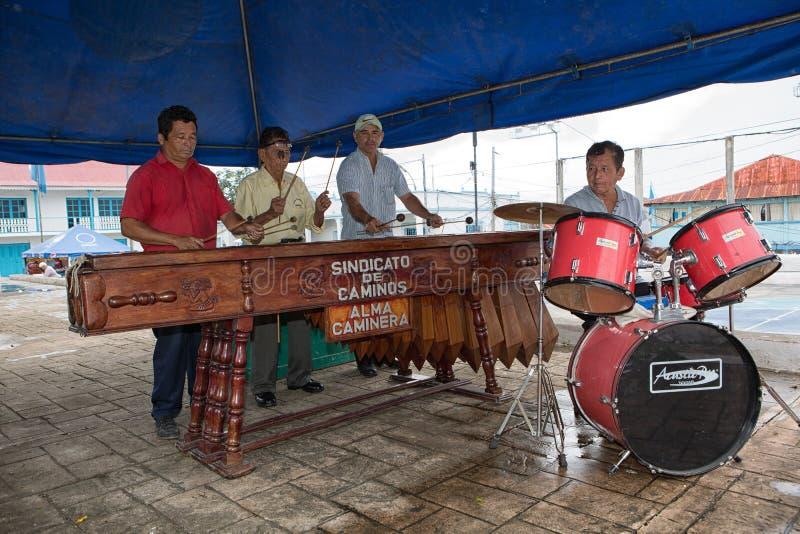 Straßenmusiker in Flores Guatemala lizenzfreie stockfotos