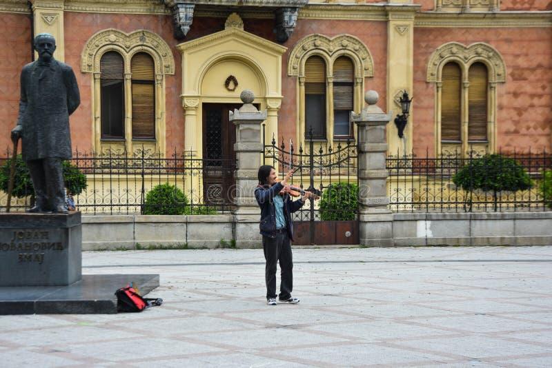Straßenmusiker in Novi Sad M?nnlicher Musiker, der Violine spielt lizenzfreies stockfoto