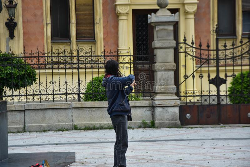 Straßenmusiker in Novi Sad M?nnlicher Musiker, der Violine spielt lizenzfreie stockfotos