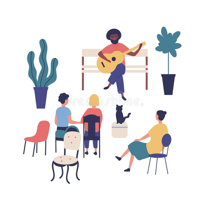 Stra?enmusiker oder -gitarrist sitzt auf Bank und Spielgitarre am Park, Leute h?ren Musik Ausf?hrender und Publikum oder lizenzfreie abbildung