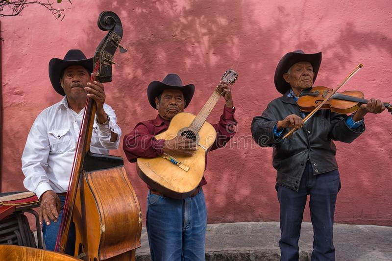 Straßenmusiker in San Migueal de Allende Mexiko stockbild