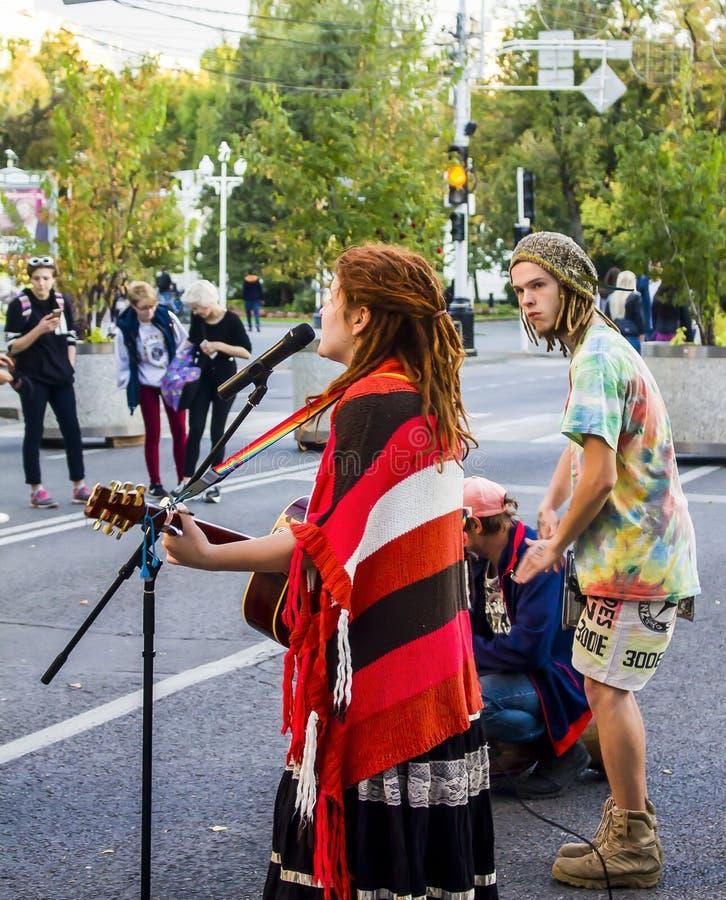 Straßenmusiker singen das Lied mitten in der Straße Russland, Krasnodar, Oktober 7,2018 stockbild