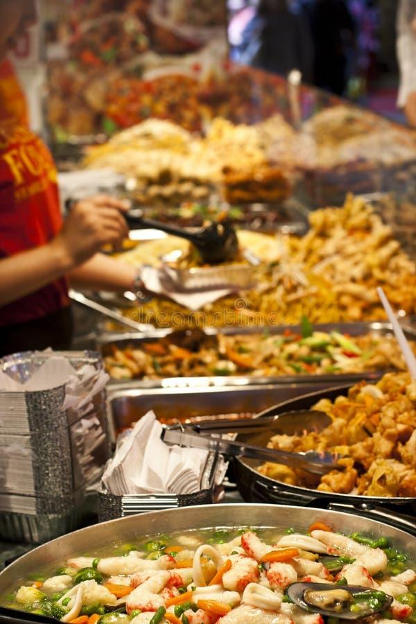 Straßennahrung: würziges Buffet der indischen Küche lizenzfreie stockfotos