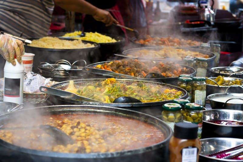 Straßennahrung: Würziges Buffet der siamesischen Küche stockfoto