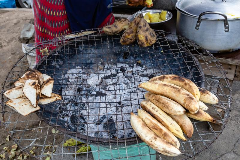 Straßennahrungsmittel in Lagos Nigeria; Baumstamm andernfalls bekannt als gebratene Banane, zusammen mit Jamswurzel und Süßkartof stockbilder