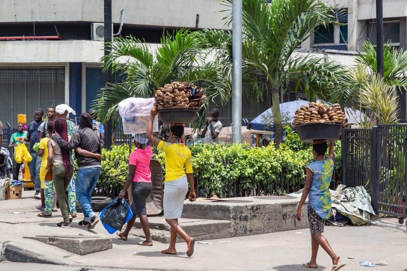 Straßennahrungsmittel in Lagos Nigeria; Eja-kika, das zum Stall transportiert wird stockfotos