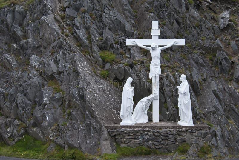 Straßenrandkruzifix und heilige Statuen stockfoto
