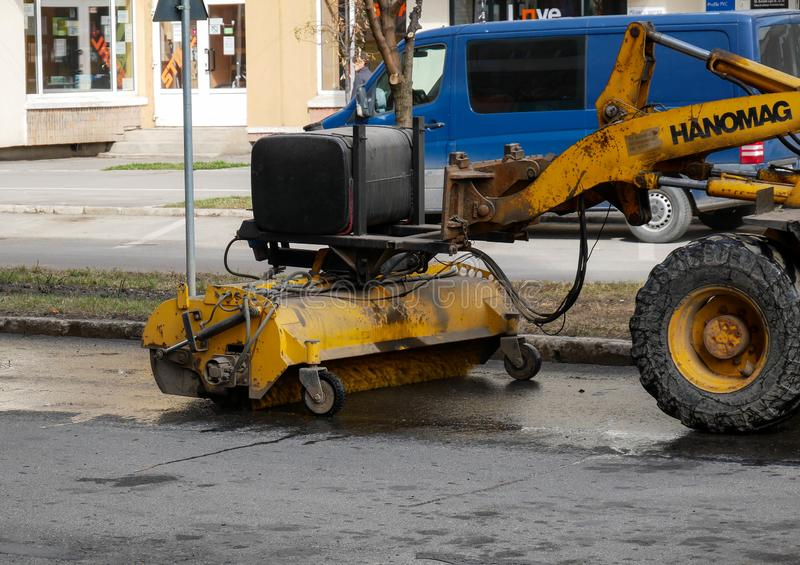 Straßenreinigungsmaschine, die an den schmutzigen Straßen arbeitet lizenzfreies stockfoto