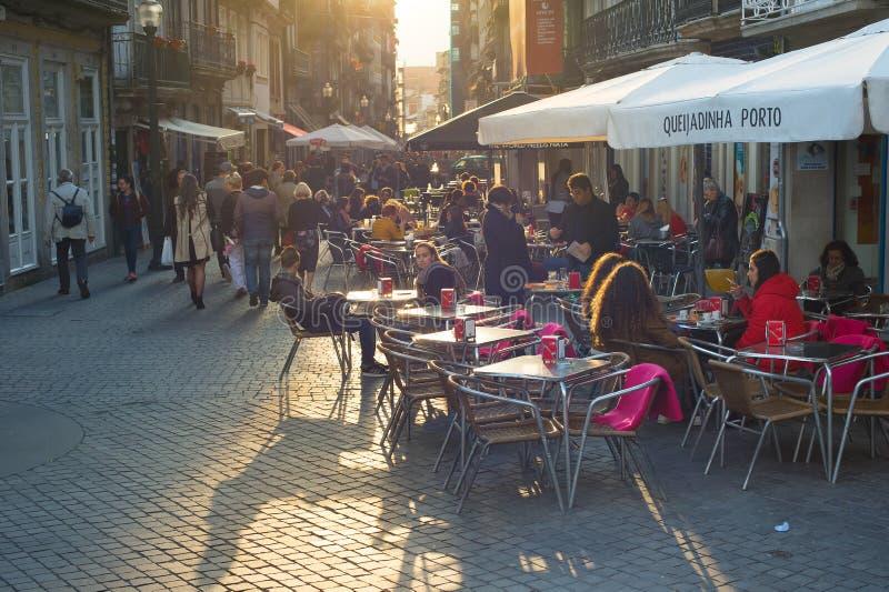 Straßenrestaurant alte Stadt Porto lizenzfreie stockbilder