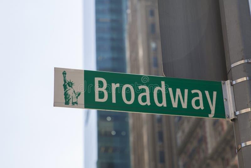 Straßenschild auf Broadway am hellen Tag lizenzfreies stockfoto