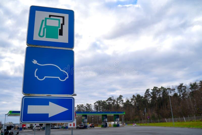 Straßenschild, auf das Kraftwerk hingewiesen, mit den üblichen Arten von Kraftstoff und elektrischen Fahrzeugen Ladestation EV, a stockfoto