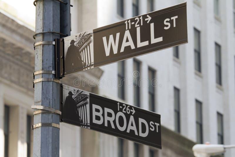 Straßenschild Broadway Wall Street lizenzfreie stockfotos