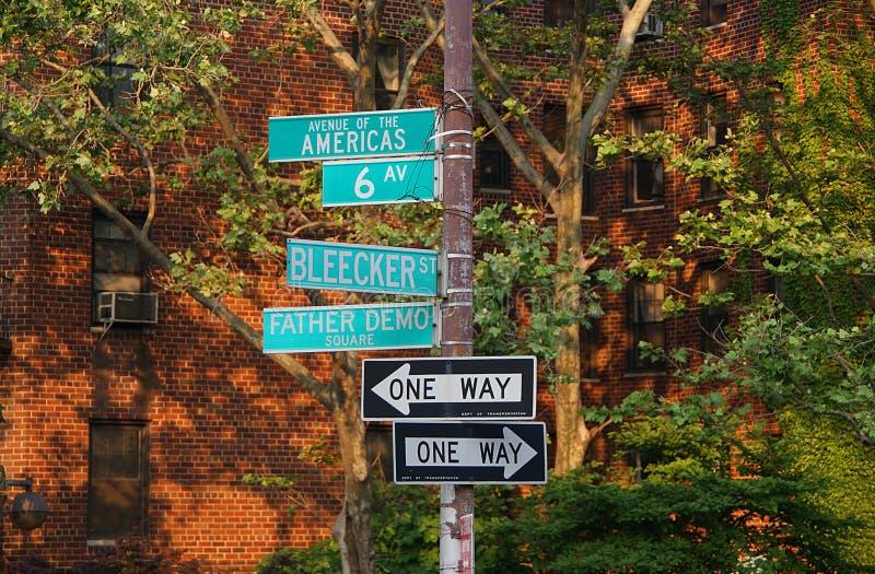 Straßenschild für Allee des Amerikas, 6. Allee, Blecker-Straße, Vater Demo Square, eine Weisenpfeilrichtung stockfotografie