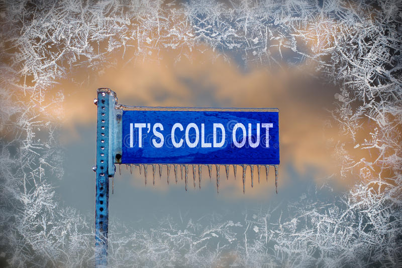 Straßenschild mit Eiszapfen - es ist heraus kalt! lizenzfreie stockbilder