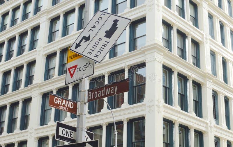 Straßenschild-modische Einkaufshüften-städtische Nachbarschaft Broadways NYC stockbild