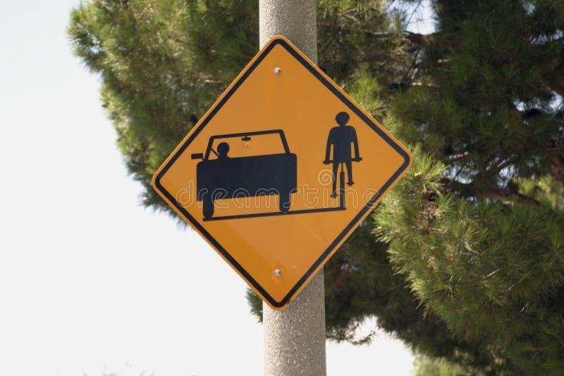 Straßenschildauto- und -fahrradweg stockfotos