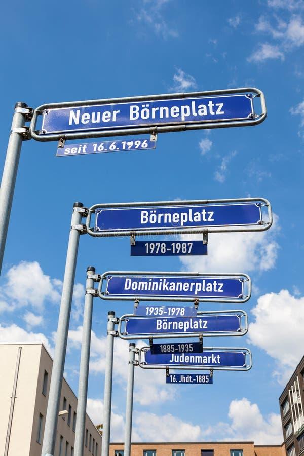 Straßenschilder in der Stadt von Frankfurt-Hauptleitung lizenzfreie stockbilder