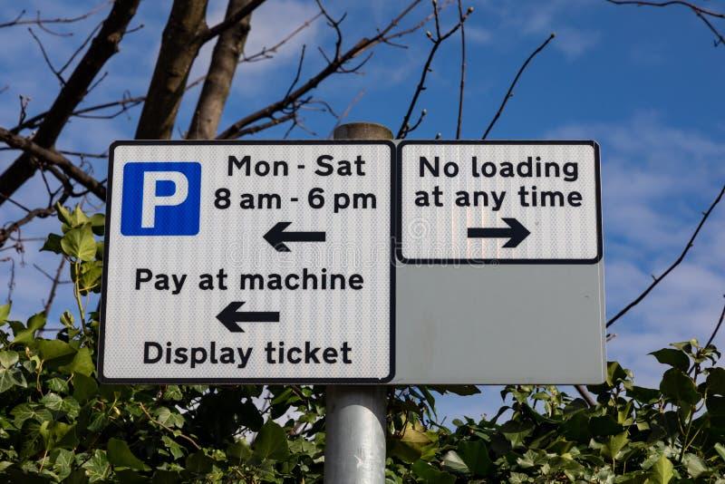 Straßenschilder, welche die parkenden und ladenden Beschränkungen St. Helens Merseyside im März 2019 anzeigen stockbild