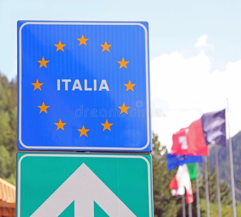 Straßensignal auf der italienischen Grenze stockbild