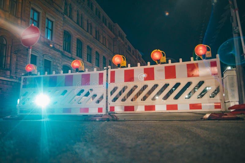 Straßensperren mit orange Lampen als Fechten lizenzfreie stockfotografie
