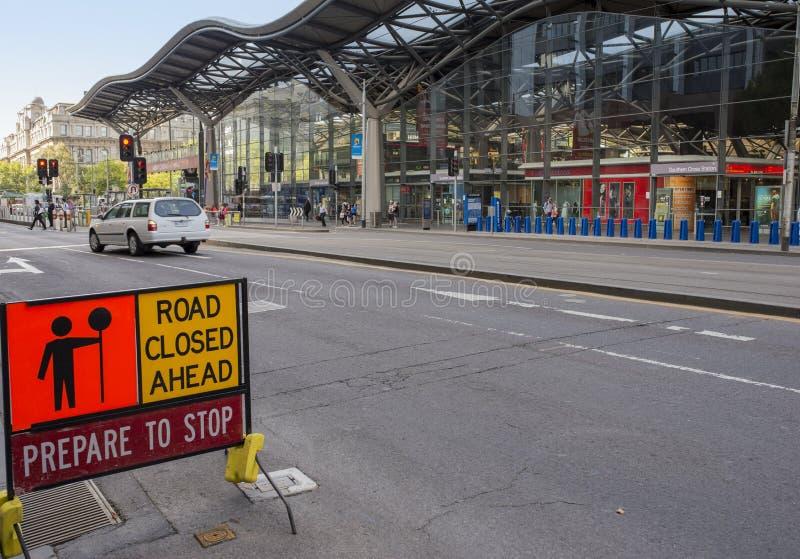 Straßensperrungs-Zeichen, äußere Kreuz- des Südensstation, Melbourne, Australien lizenzfreies stockfoto